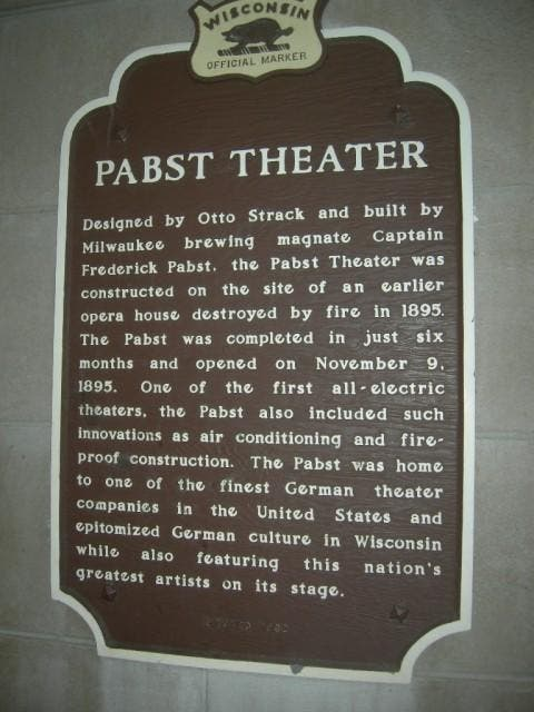 Placa conmemorativa en The Pabst Theater