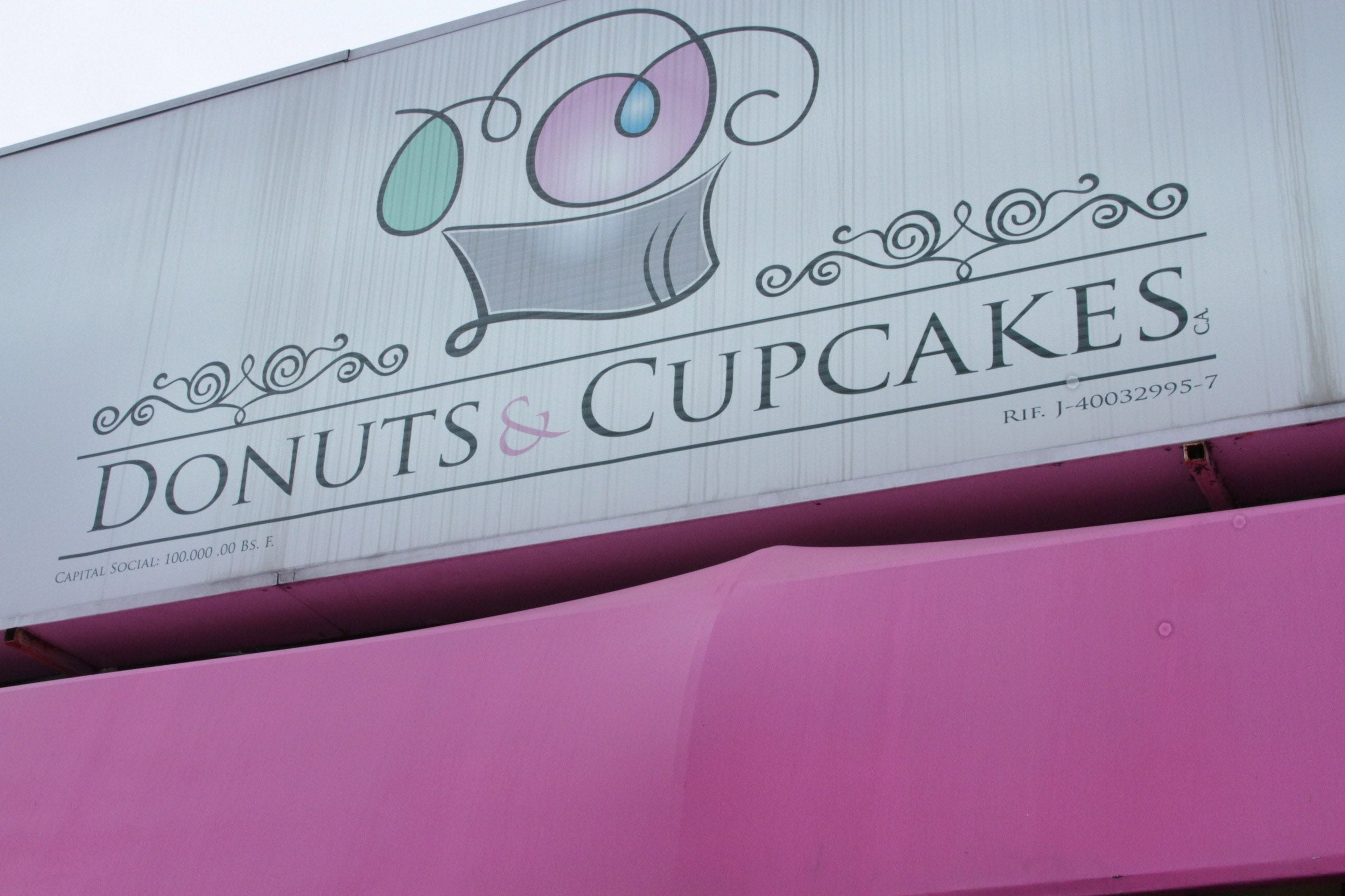 Signage in Donuts y Cupcakes