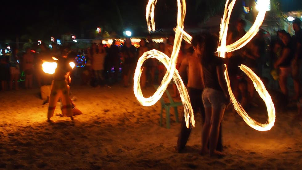 Poi en Fuegos en la playa White Beach