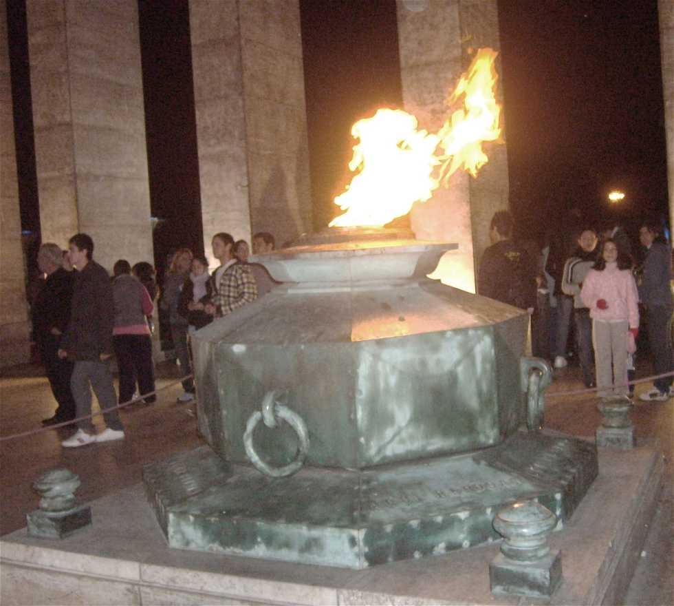 Vista Nocturna del Monumento a la Bandera