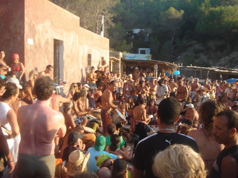 Multitud en Playa de Benirrás
