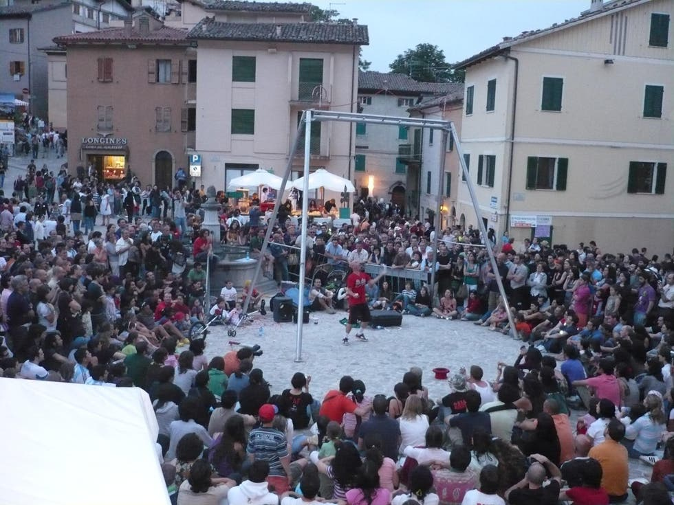 Multitud en Artisti in Piazza
