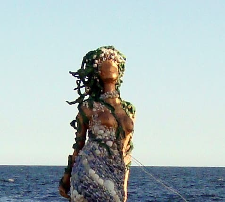 Escultura en Sirenitas en las Rocas de la Península