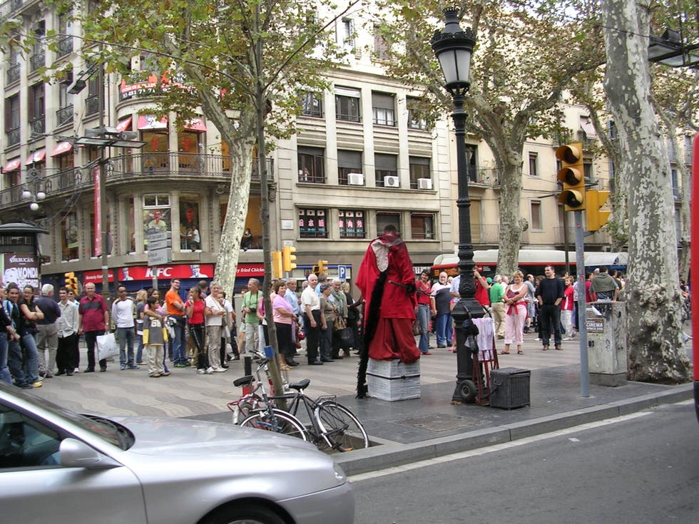 Multitud en Paseo de Gracia
