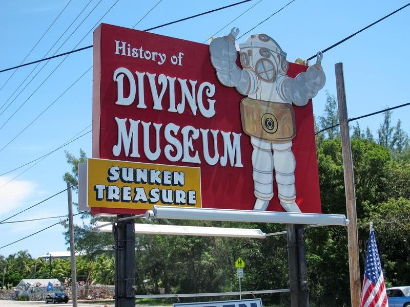 Cartelera en History of Diving Museum