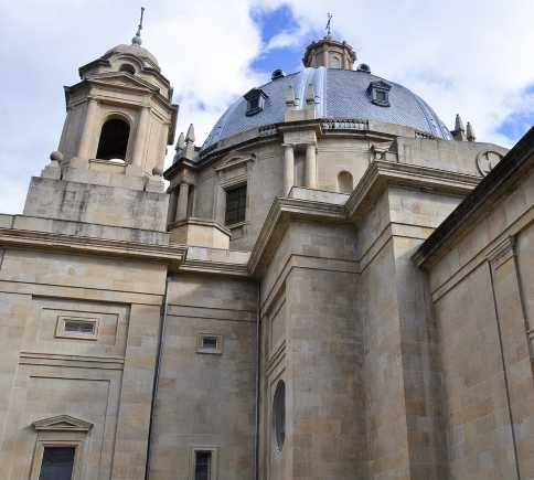 Fachada en Plaza del conde de Rodezno