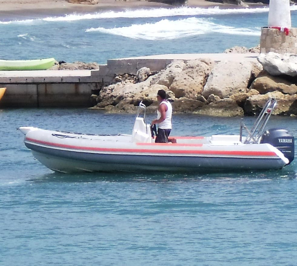 Barca en Coral beach Water Sports