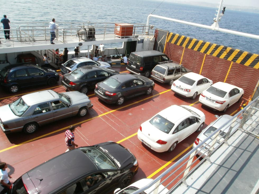 Automóvil en Ferry de Bursa-Estambul