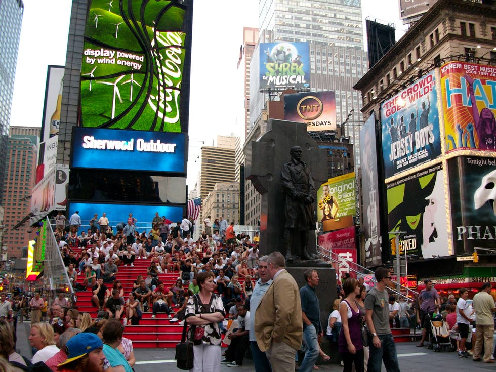 Multitud en Father Duffy Square