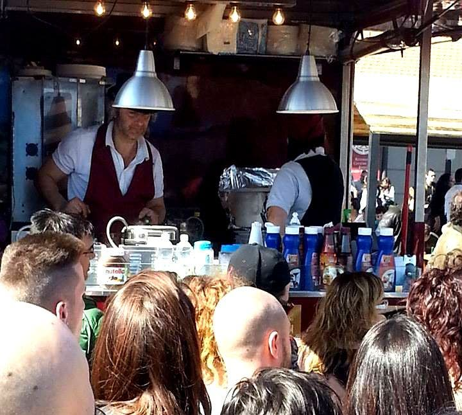 Multitud en Food Truck Itália