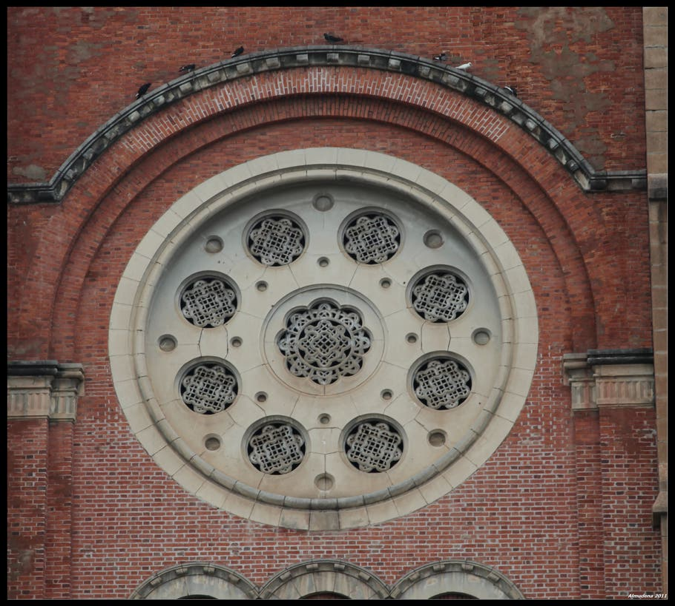 Reloj en Basílica de Notre-Dame de Saigón