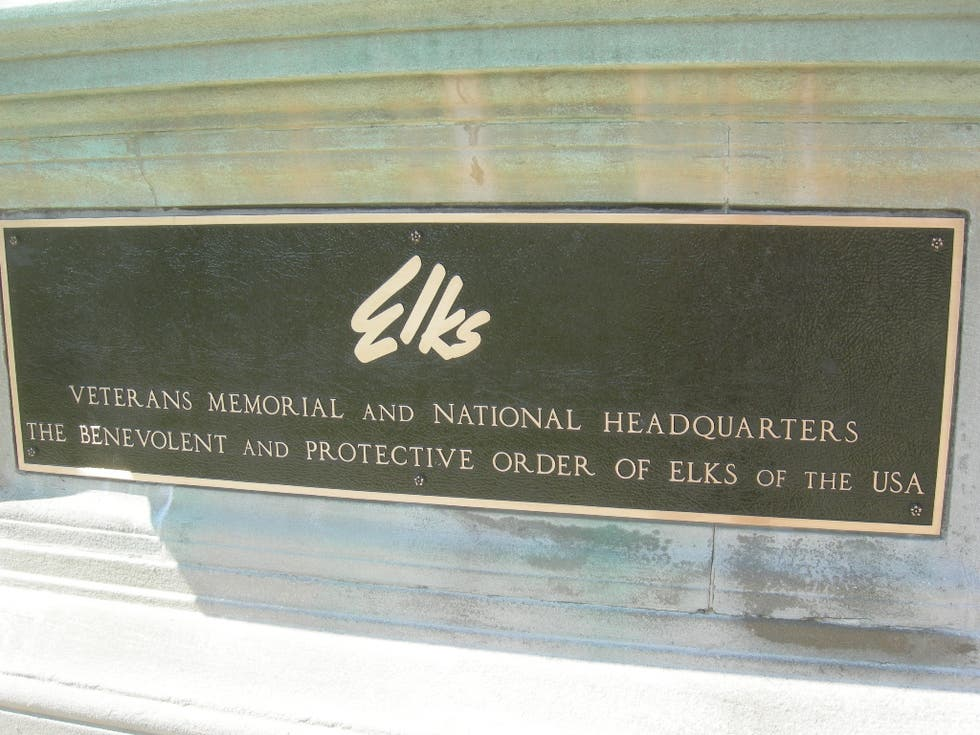 Placa conmemorativa en Elks Veterans Memorial