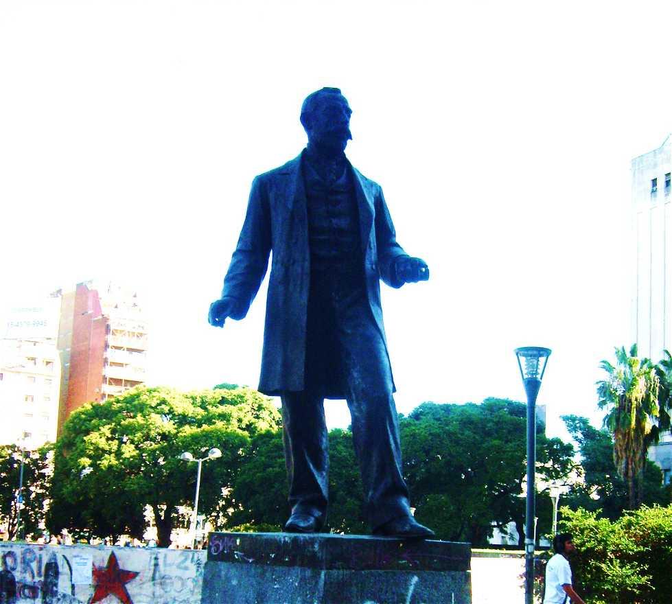 Monumento en Plaza Prof. Dr. Bernardo Houssay