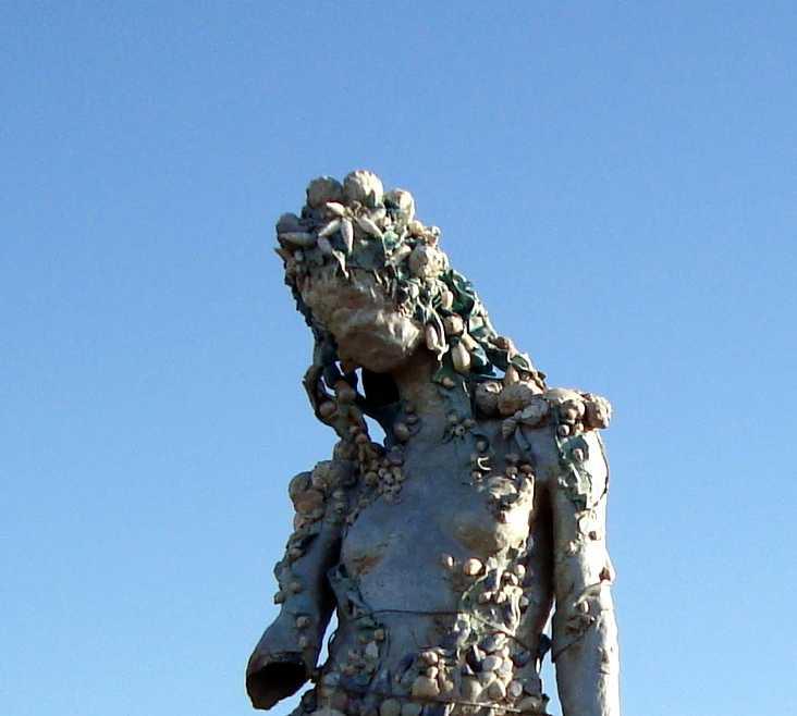 Monumento en Sirenitas en las Rocas de la Península