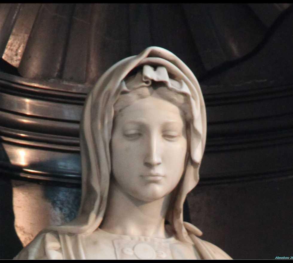 Escultura en La Madonna Con El Niño