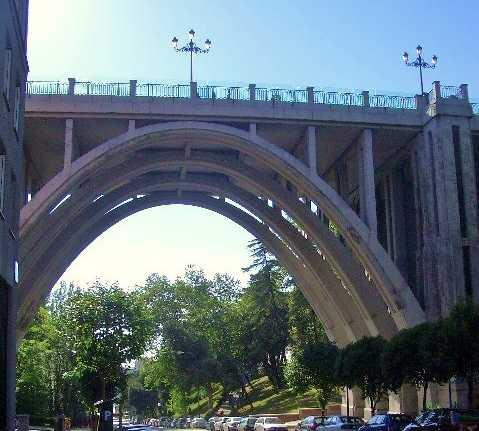 Paso elevado en Viaducto de Segovia