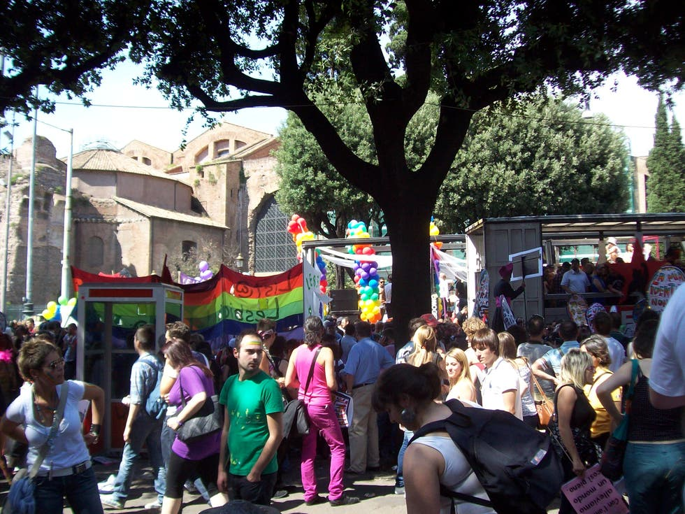 Multitud en Orgullo Gay de Roma