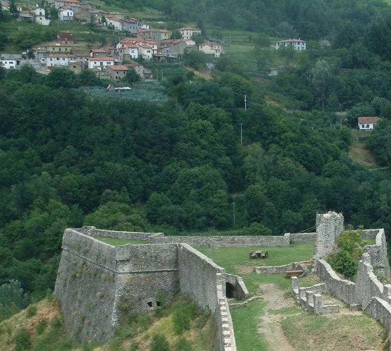 Foto aérea en Fortaleza y ciudadela de Verrucole