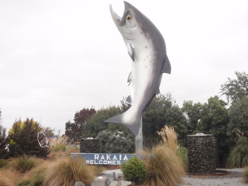 Escultura en Salmon Tales Cafe Restaurant & Bar