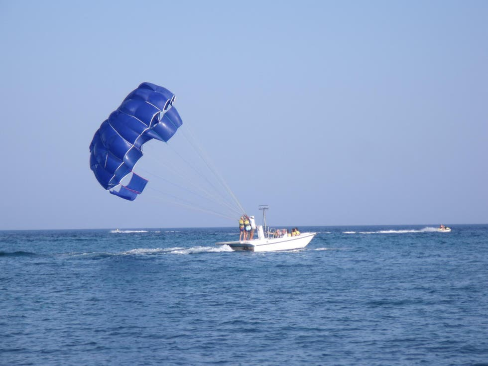 Parasailing en Makronissos Sport Water Center