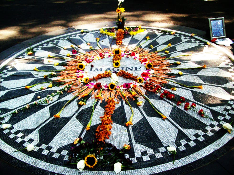 Plato en Strawberry Fields - monumento a John Lennon
