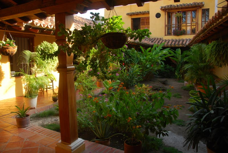 Fotos de patio en hostal la casa amarilla momp s 7466491 for Hostal casa amarilla