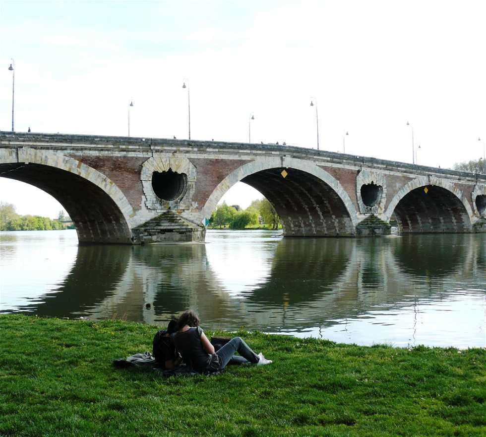 Puente en Las orillas del río Garona