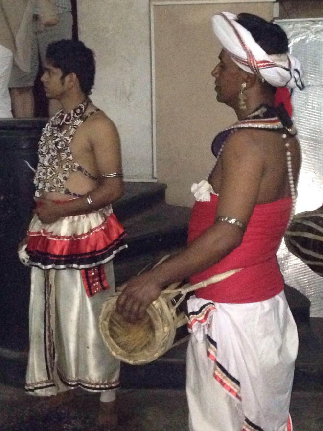 Ropa en Kandyan Dance Performance