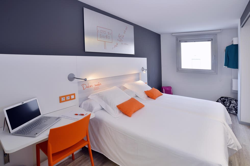 Fotos de sala en hotel bed4u pamplona cordovilla 7624544 for Mundo mueble pamplona