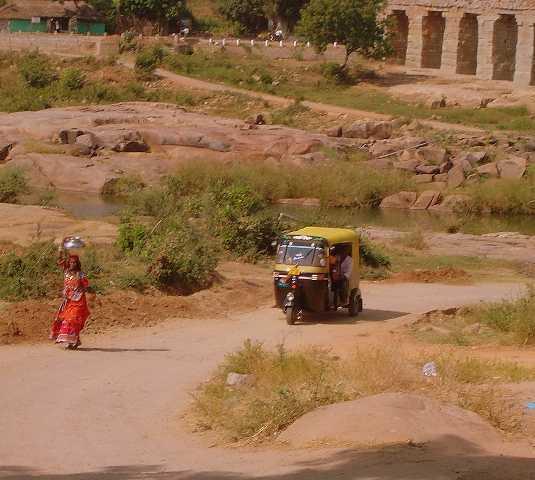 Fuera de pista en Excursión en moto al lago de Hampi,India